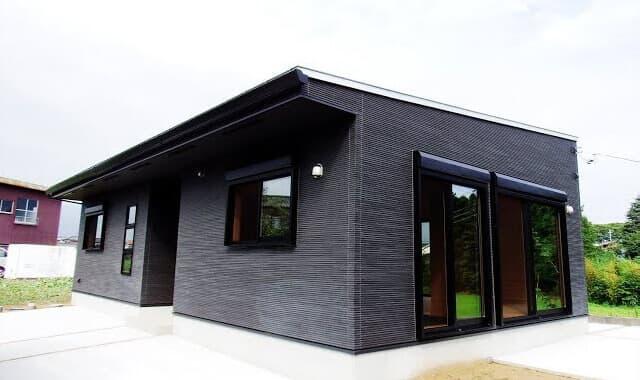 ログハウスのような木の家を低価格で建てるエイ・ワンの茨城に建つブラック外観と無垢材のクールな平屋の動画