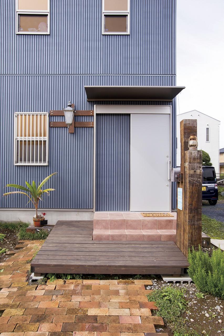 自然素材の家の玄関アプローチ