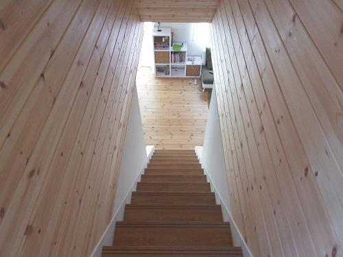 自然素材の家階段上からの眺め