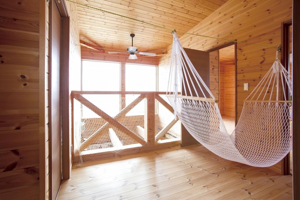 自然素材の家二階の踊り場にハンモック
