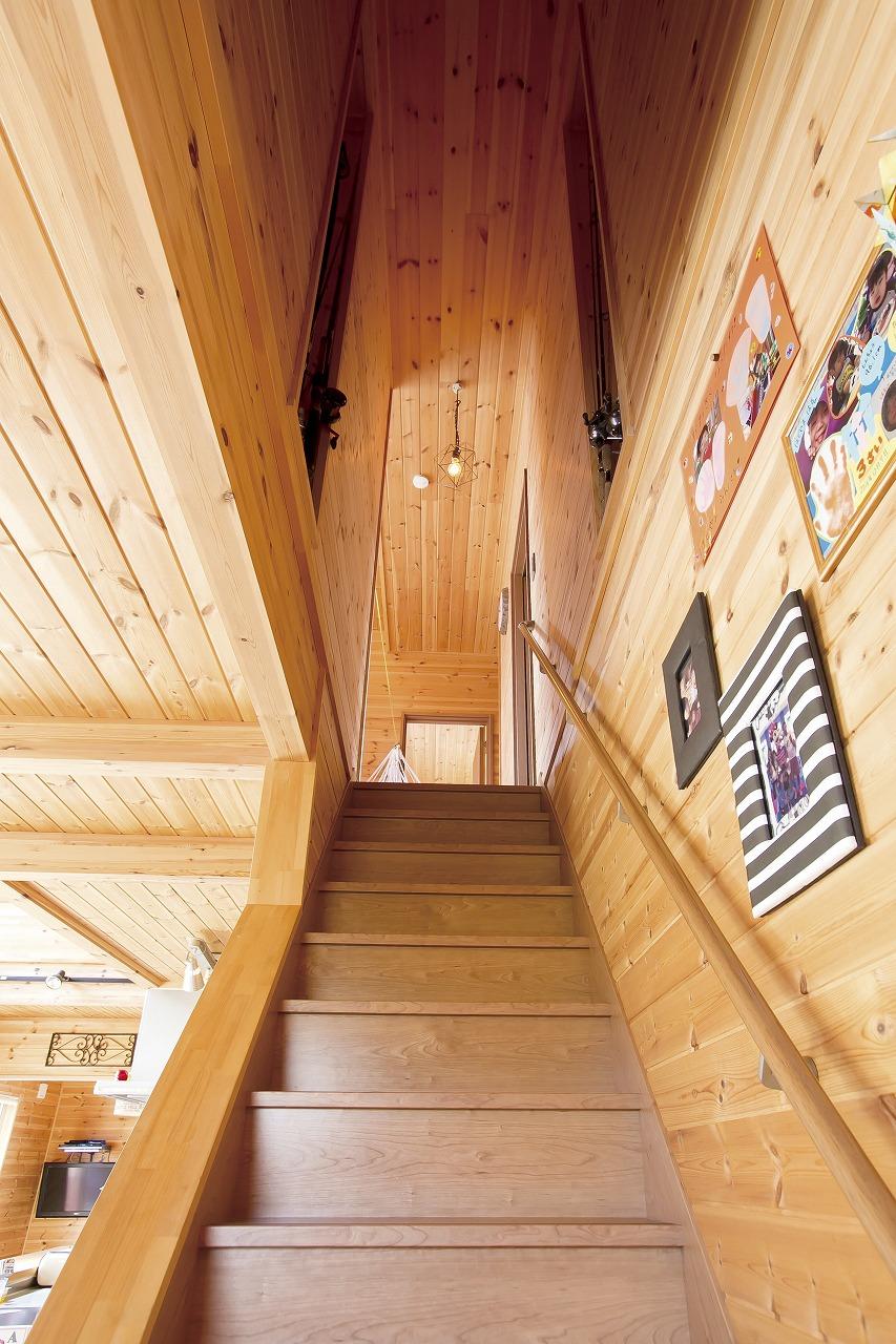 自然素材の家の階段と壁飾り