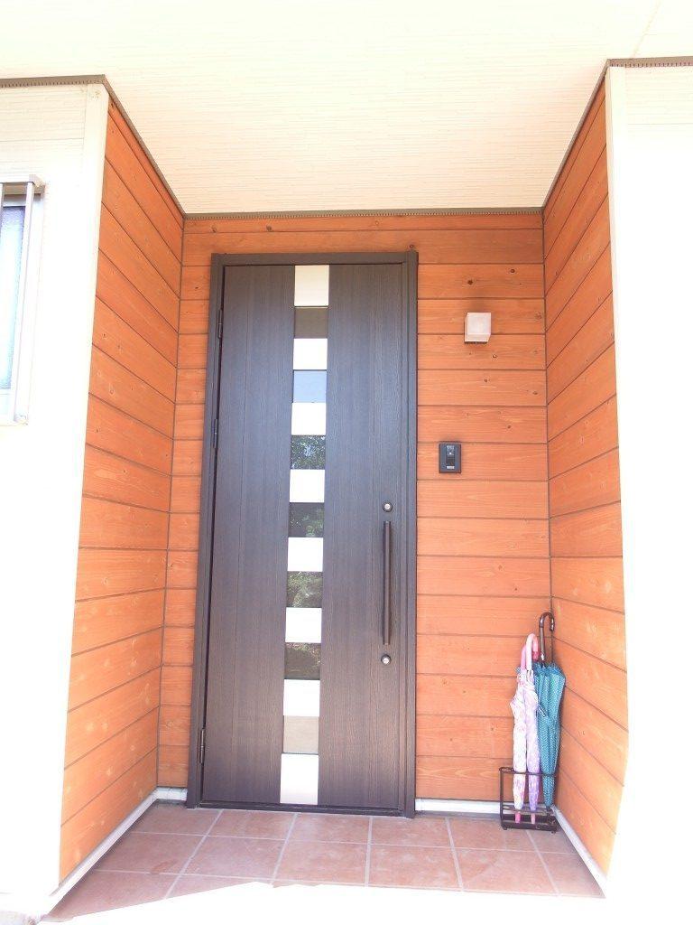 茨城に誕生した自然素材の家玄関の断熱ドア