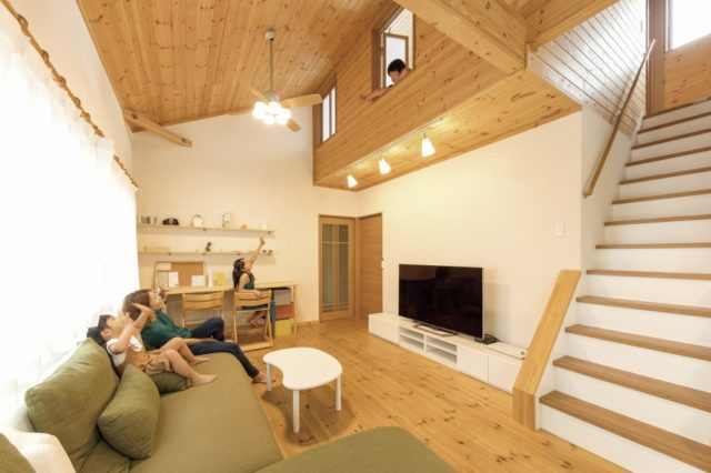 茨城に誕生した自然素材の家リビングと2階