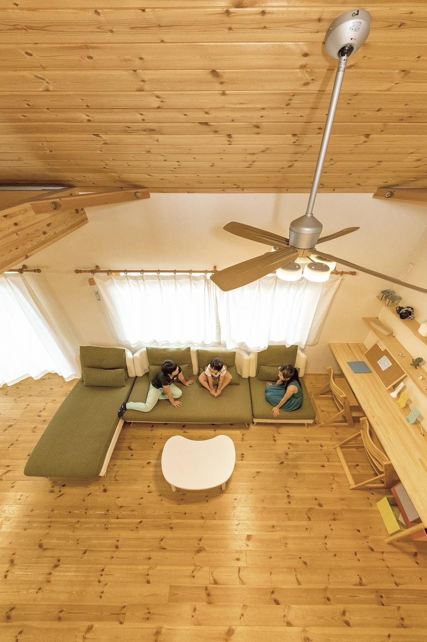 自然素材の家2階からリビングとシーリングファン