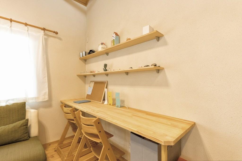 茨城に誕生した自然素材の家ムク板テーブルと小物棚