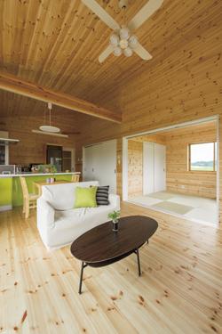 ログハウス風平屋のリビングルームと畳スペース