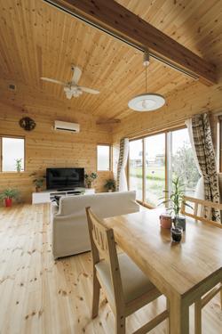 平屋リビングルームと木製テーブル