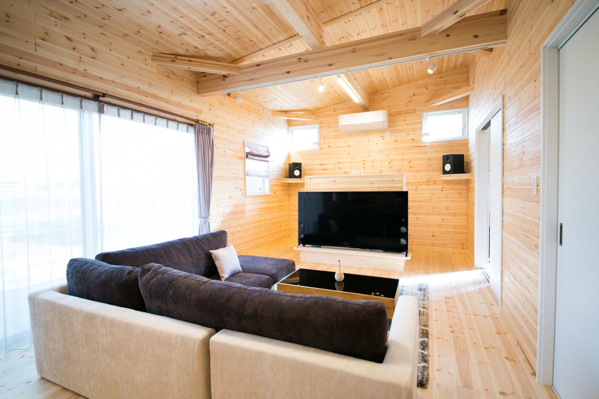 富山県のログハウス風の平屋のリビング
