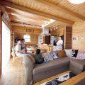 大きいソファのあるリビング2