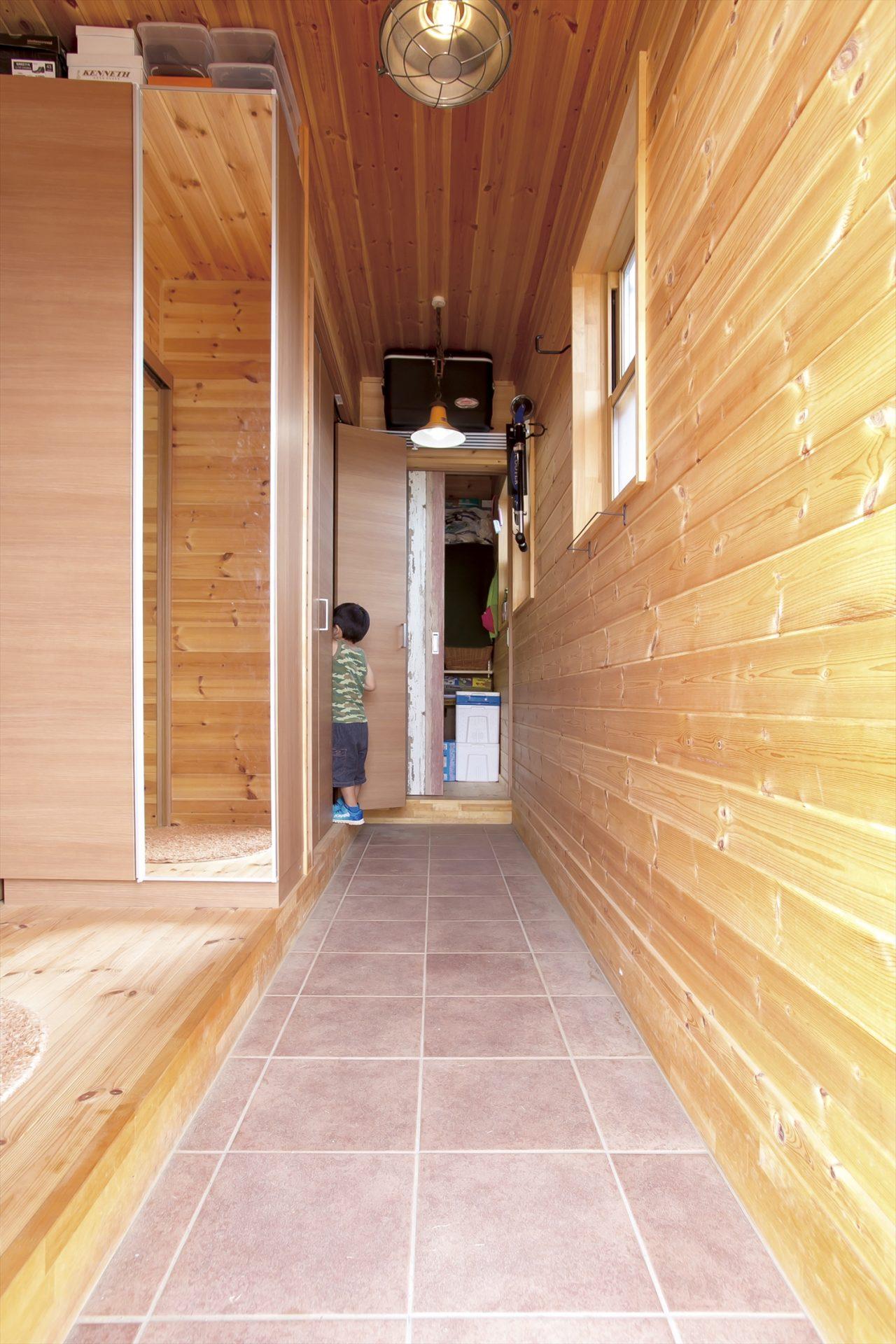 木目調の長い廊下3