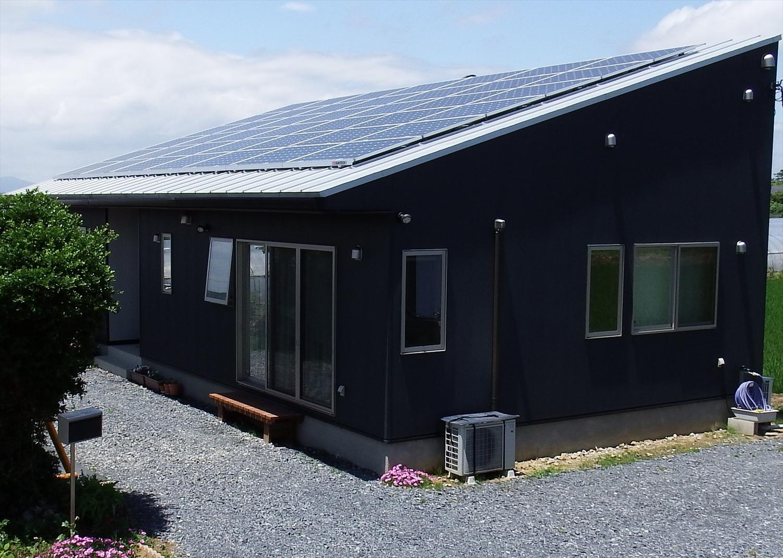 斜め屋根の黒い平屋4