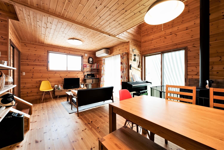 薪ストーブ付きログハウス風,二階建てのリビングとダイニング|つくば市の注文住宅,ログハウスのような木の家を低価格で建てるならエイ・ワン