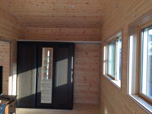 黒色収納のある部屋