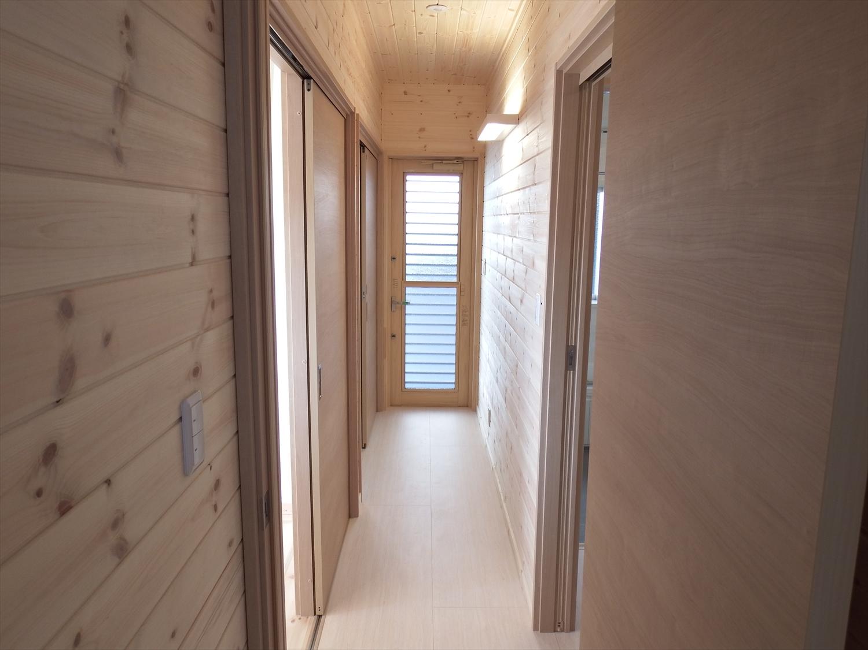木目調の長い廊下