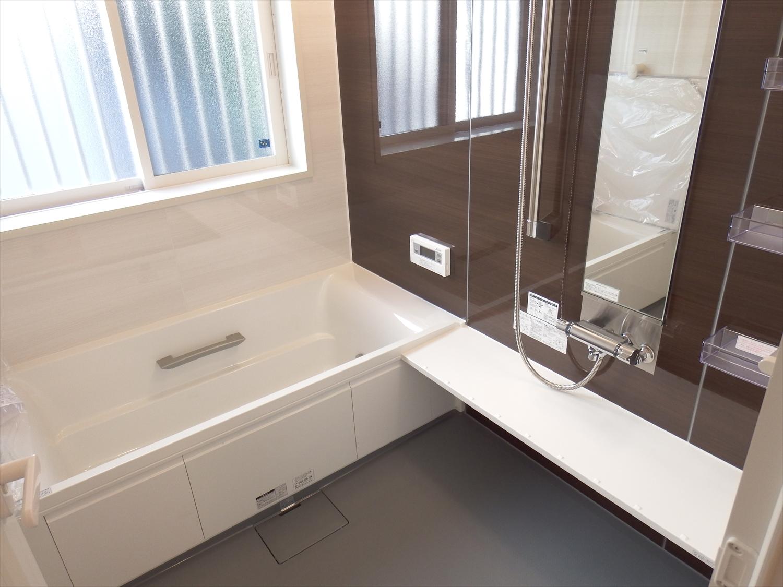 茶、白の浴室