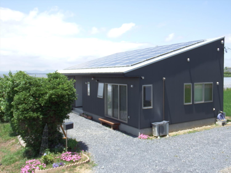 斜め屋根の黒い平屋5