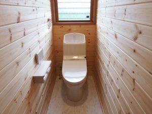 木目調のトイレ