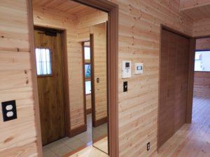 木目調の玄関