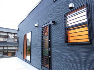 黒色壁の家