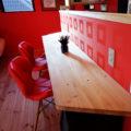 赤い壁のキッチンカウンター