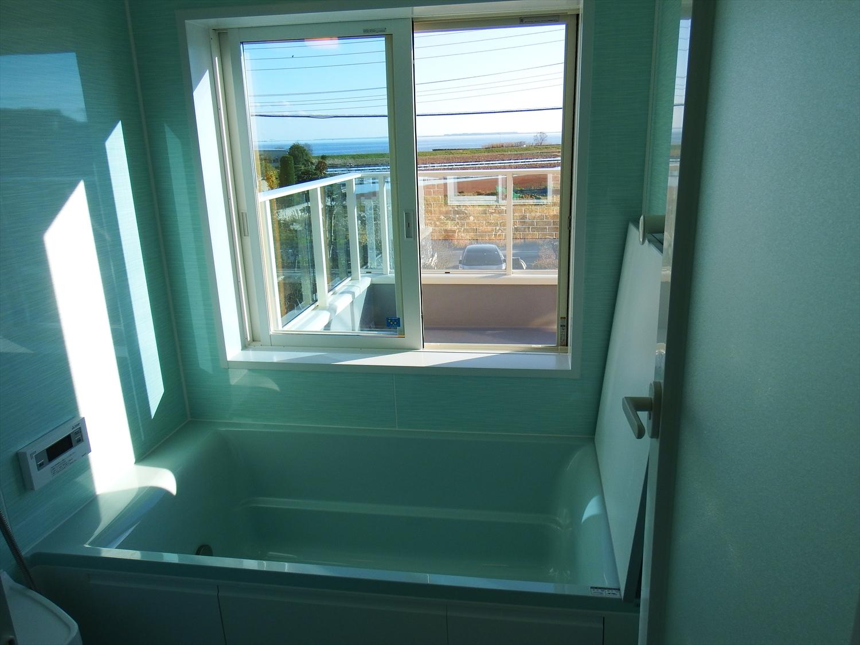 青い壁のお風呂