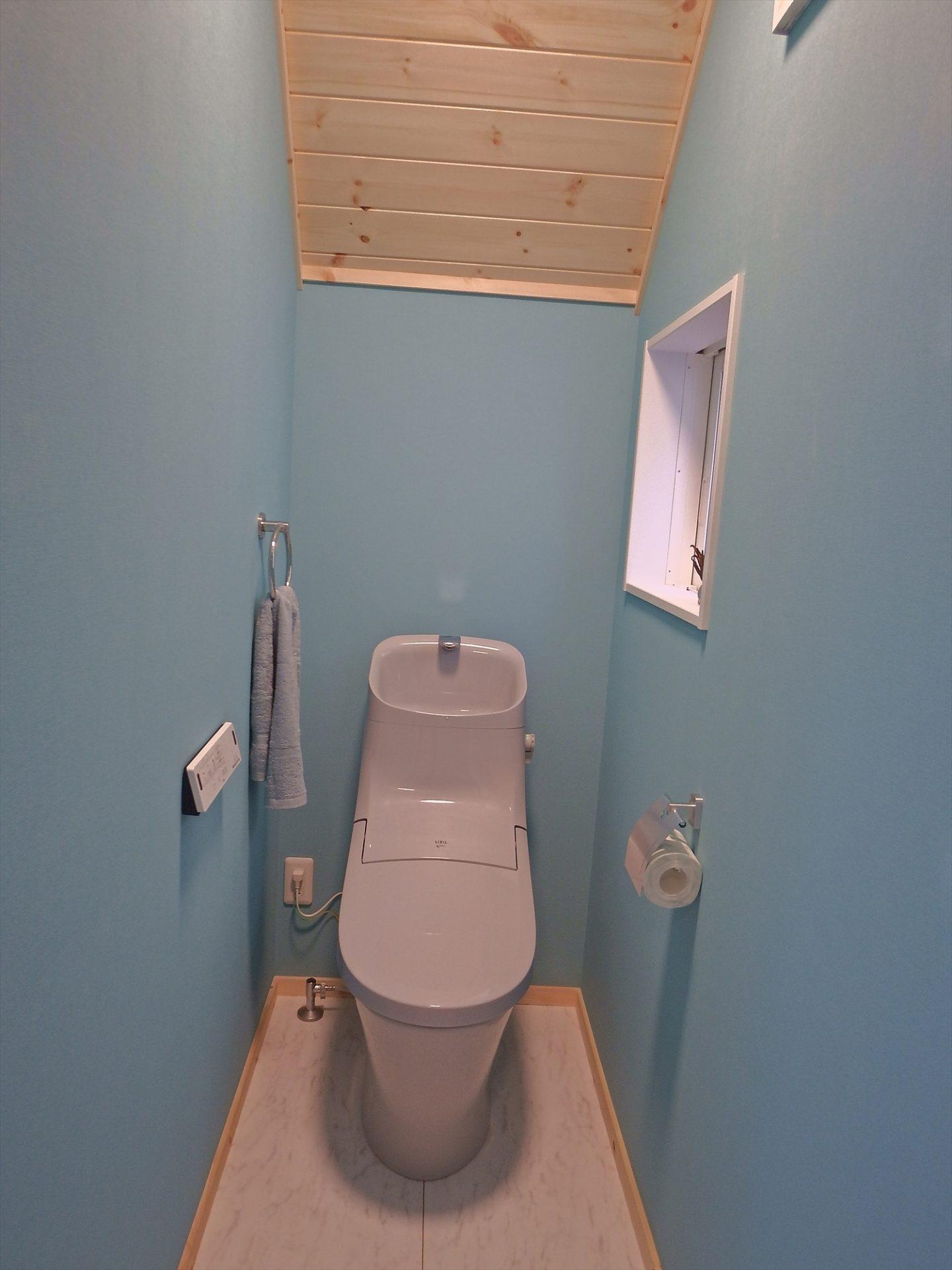 青い壁のトイレ