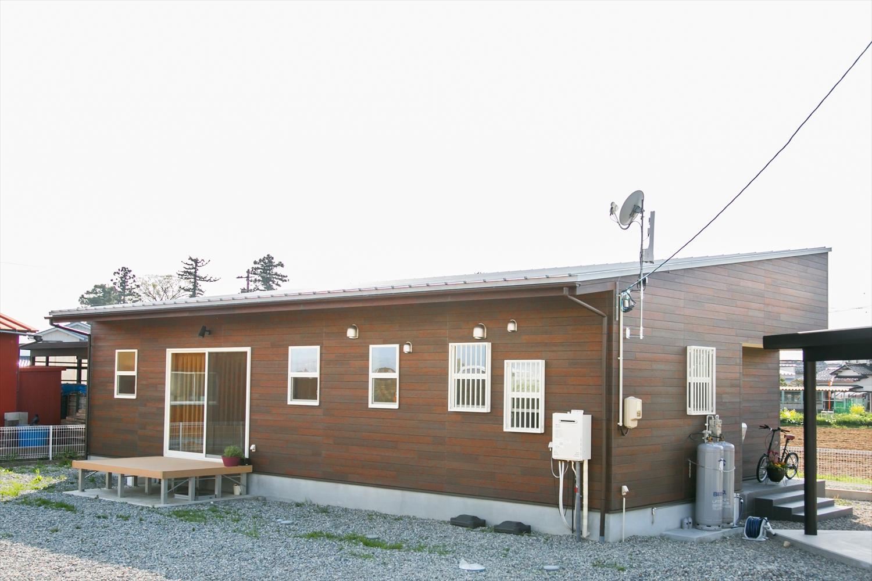 斜め屋根の茶色い平屋