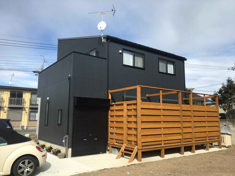 ウッドデッキ付きの黒い家2