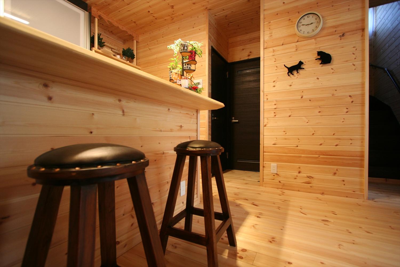 茶色い椅子のあるカウンターキッチン