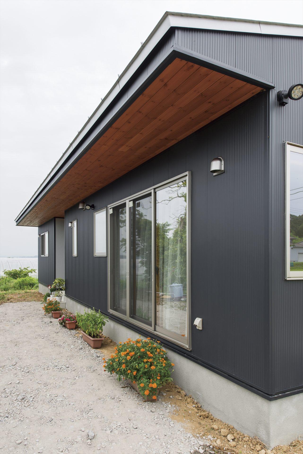 斜め屋根の黒い平屋