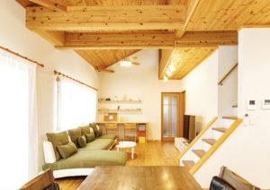 緑のソファのあるリビング