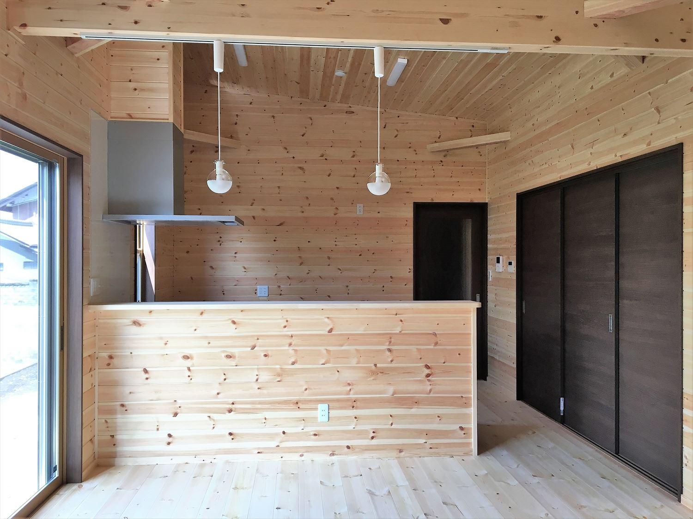 薪ストーブのある平屋のリビング2|大垣市の注文住宅,ログハウスのような木の家を低価格で建てるならエイ・ワン