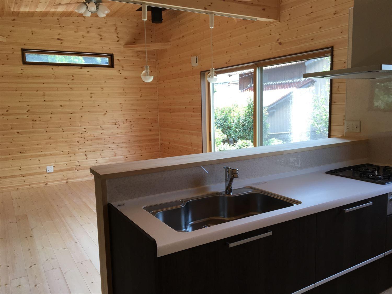 薪ストーブのある平屋2LDKのキッチンからの眺め|岐阜の注文住宅,ログハウスのような木の家を低価格で建てるならエイ・ワン