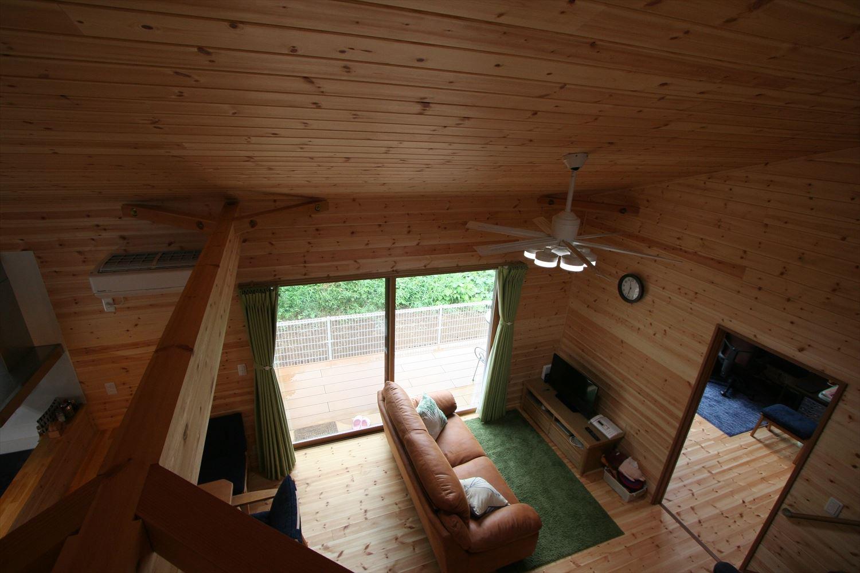 ロフトや玄関収納付き平屋のリビング2|つくば市の注文住宅,ログハウスのような木の家を低価格で建てるならエイ・ワン