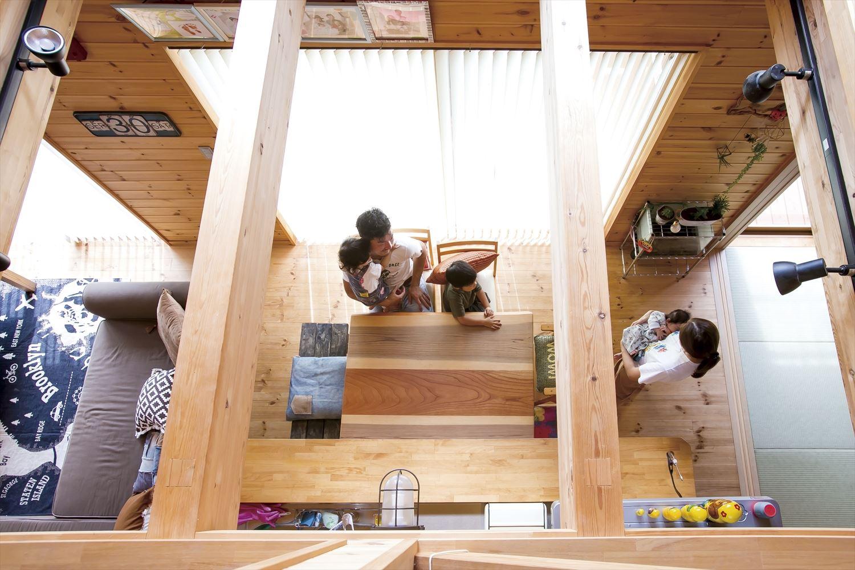 アイランドキッチンのあるログハウス風二階建ての家族|つくば市の注文住宅,ログハウスのような低価格住宅を建てるならエイ・ワン