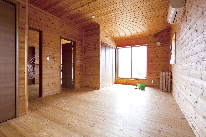 アイランドキッチンのあるログハウス風二階建ての洋室|つくば市の注文住宅,ログハウスのような低価格住宅を建てるならエイ・ワン