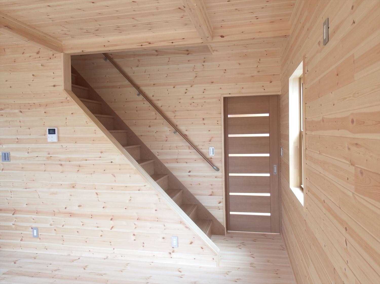 アイランドキッチンのあるログハウス風二階建ての階段|つくば市の注文住宅,ログハウスのような低価格住宅を建てるならエイ・ワン