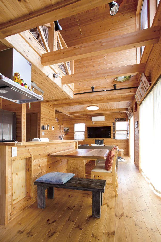アイランドキッチンのあるログハウス風二階建てのリビング|つくば市の注文住宅,ログハウスのような低価格住宅を建てるならエイ・ワン