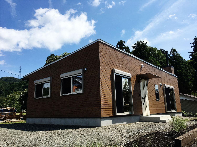 薪ストーブのある平屋2LDKの外観|岐阜の注文住宅,ログハウスのような木の家を低価格で建てるならエイ・ワン