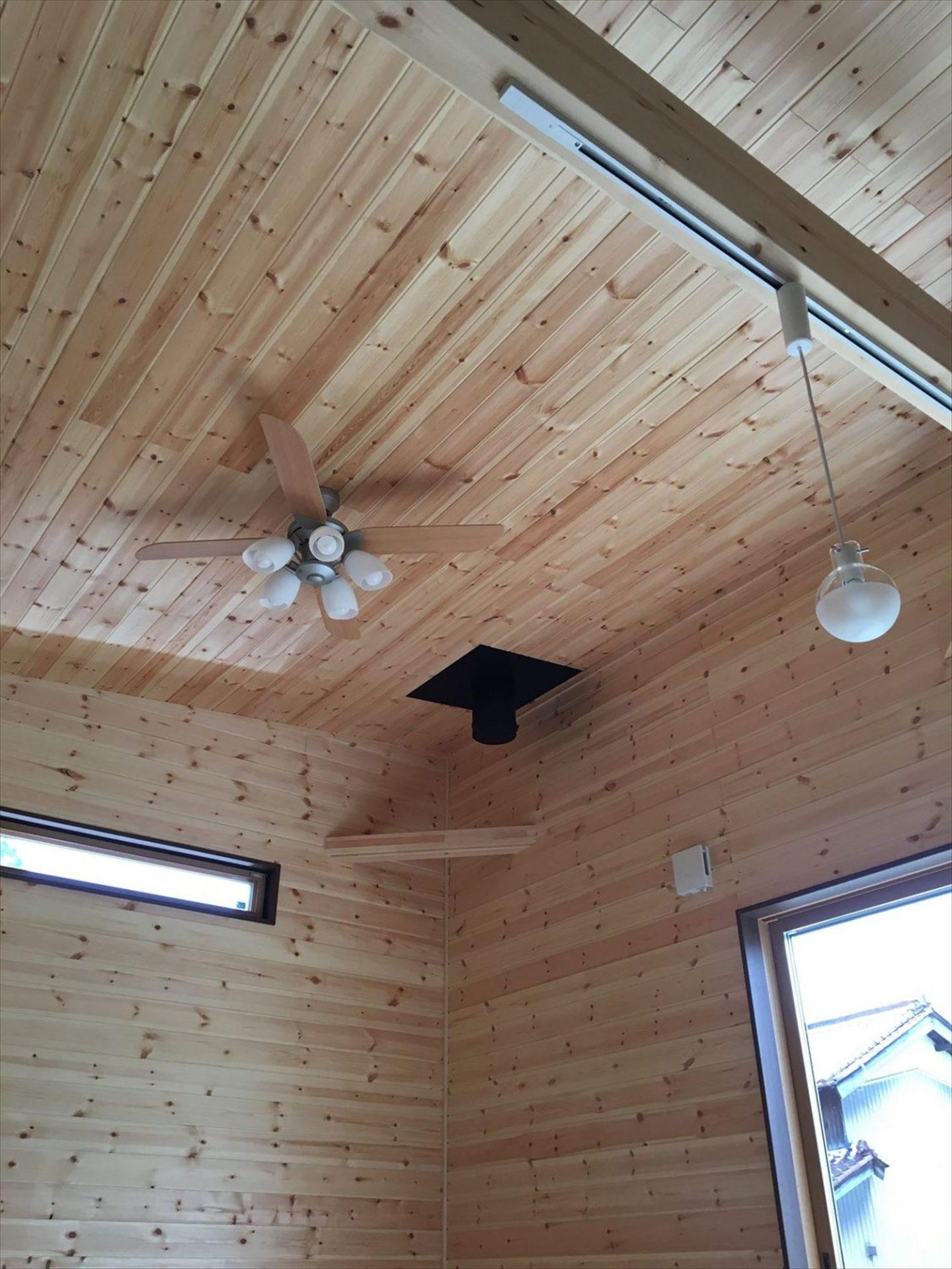 薪ストーブのある平屋2LDKの天井|岐阜の注文住宅,ログハウスのような木の家を低価格で建てるならエイ・ワン