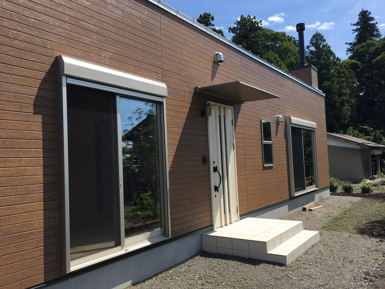 薪ストーブのある平屋の外観2|大垣市の注文住宅,ログハウスのような木の家を低価格で建てるならエイ・ワン