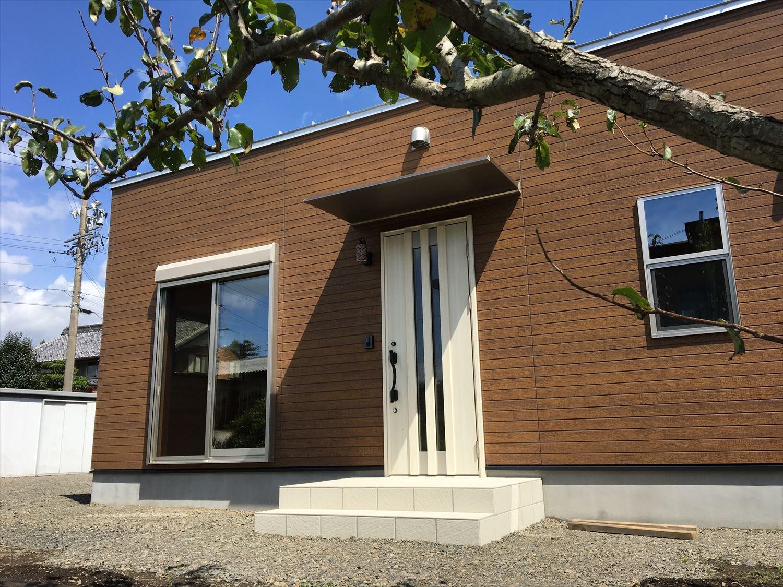 薪ストーブのある平屋の外観3|大垣市の注文住宅,ログハウスのような木の家を低価格で建てるならエイ・ワン