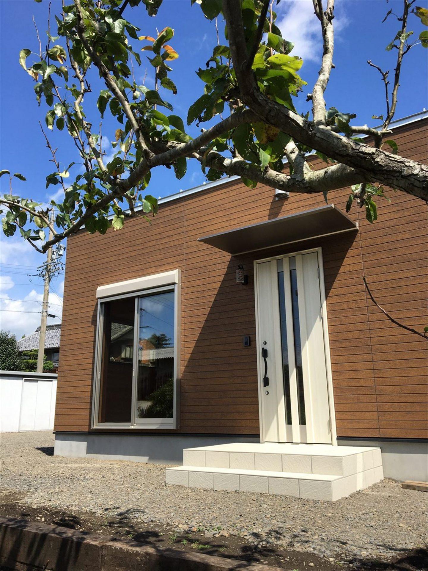 薪ストーブのある平屋の外観4|大垣市の注文住宅,ログハウスのような木の家を低価格で建てるならエイ・ワン