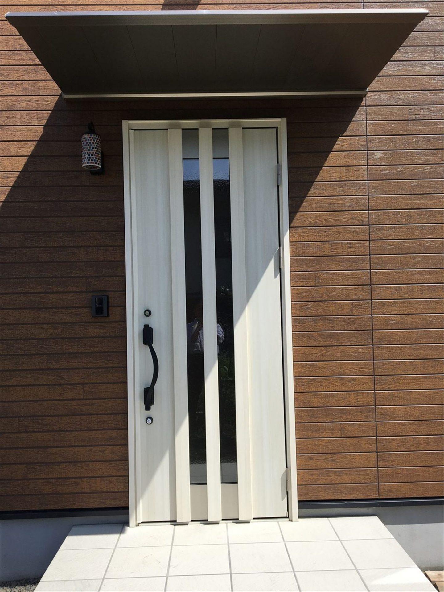 薪ストーブのある平屋の玄関|大垣市の注文住宅,ログハウスのような木の家を低価格で建てるならエイ・ワン