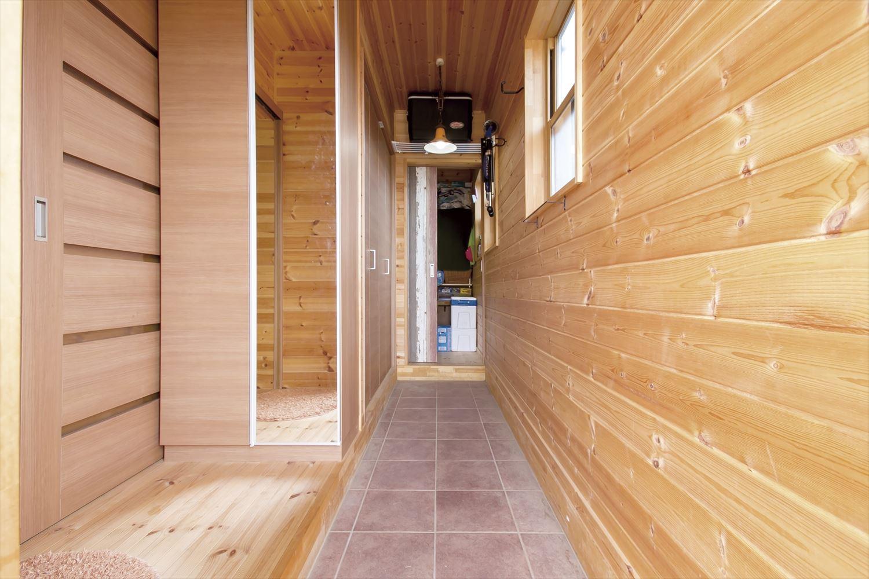 アイランドキッチンのあるログハウス風二階建ての玄関ホール2|つくば市の注文住宅,ログハウスのような低価格住宅を建てるならエイ・ワン