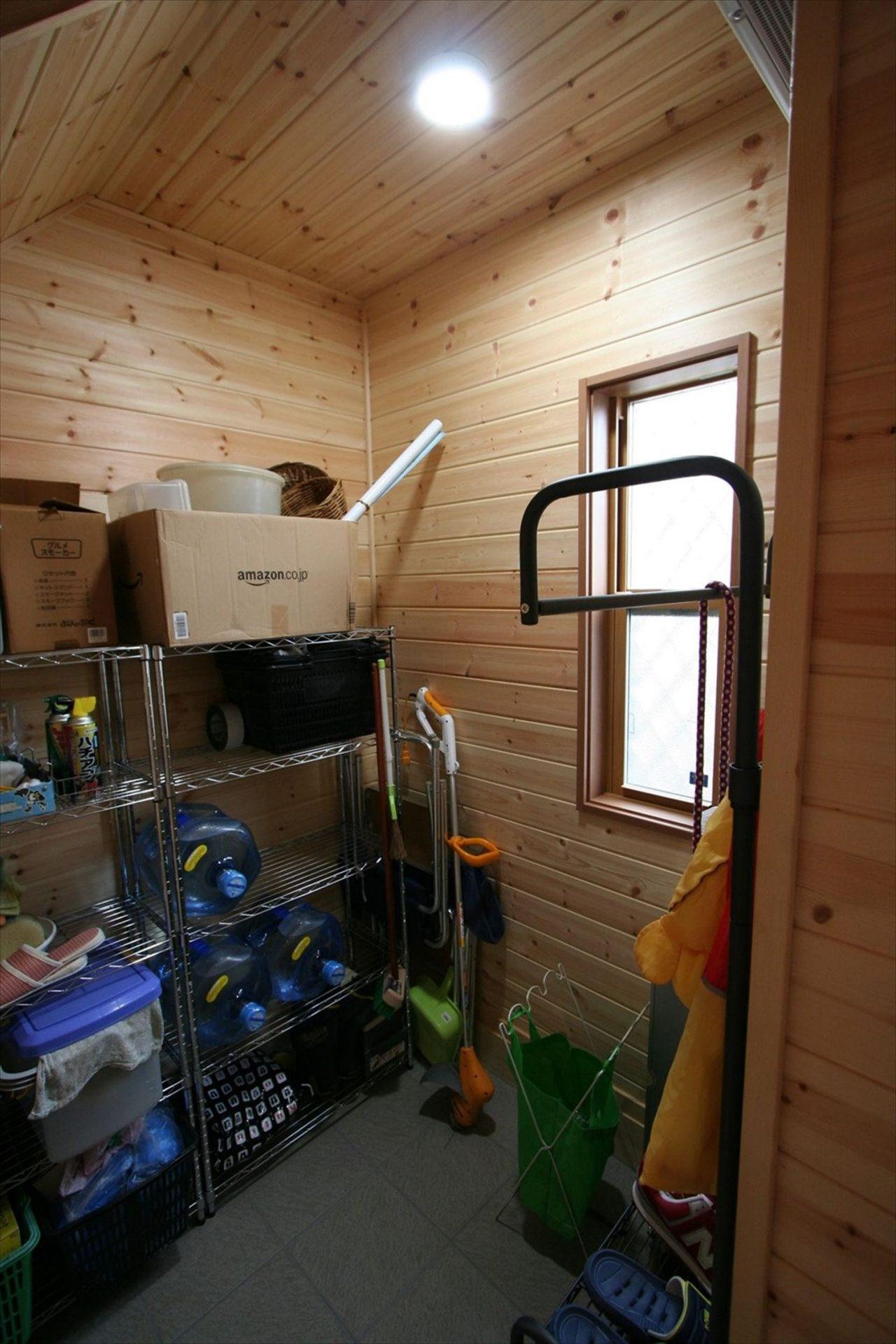 玄関収納があるので、重い物やスポーツ用品も収納可能