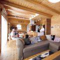 アイランドキッチンのあるログハウス風二階建てで過ごす家族|つくば市の注文住宅,ログハウスのような低価格住宅を建てるならエイ・ワン