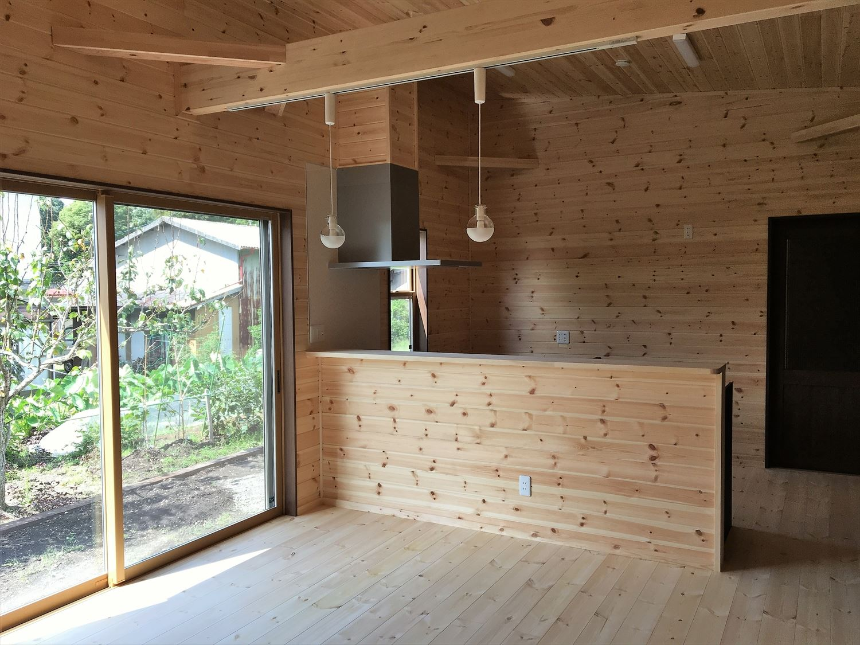 薪ストーブのある平屋のリビング|大垣市の注文住宅,ログハウスのような木の家を低価格で建てるならエイ・ワン