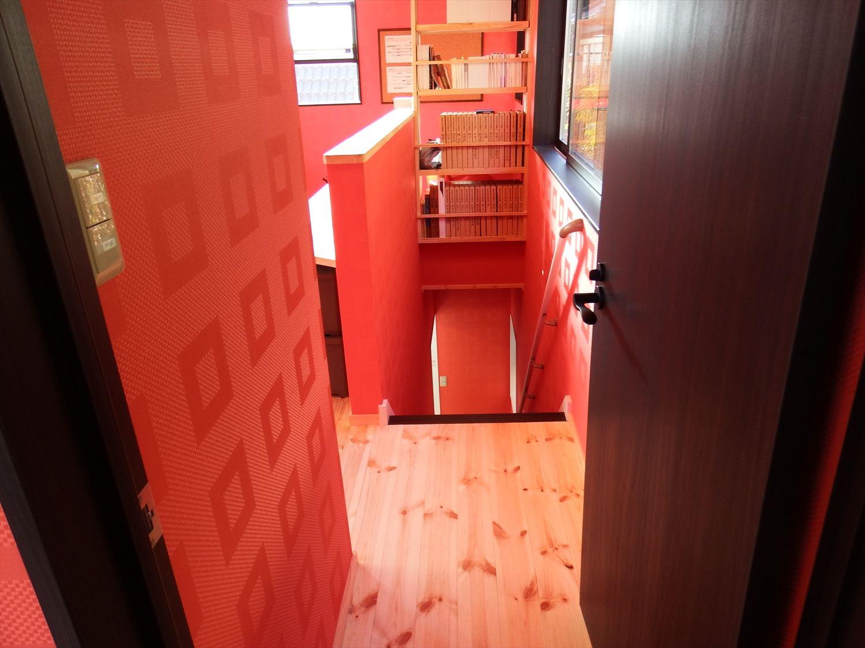 カラークロスが特徴的な二階建ての階段|かすみがうら市の注文住宅,ログハウスのような低価格住宅を建てるならエイ・ワン