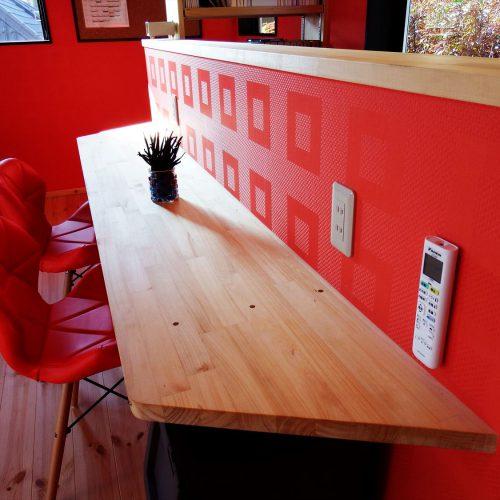 カラークロスが特徴的な住まいのカウンターテーブル|茨城の注文住宅,ログハウスのような木の家を低価格で建てるならエイ・ワン
